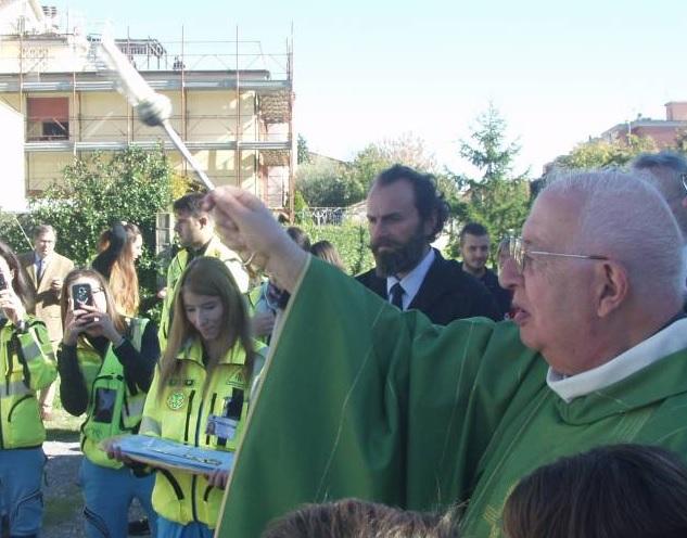 Don Luciano benedice un mezzo dell'associazione